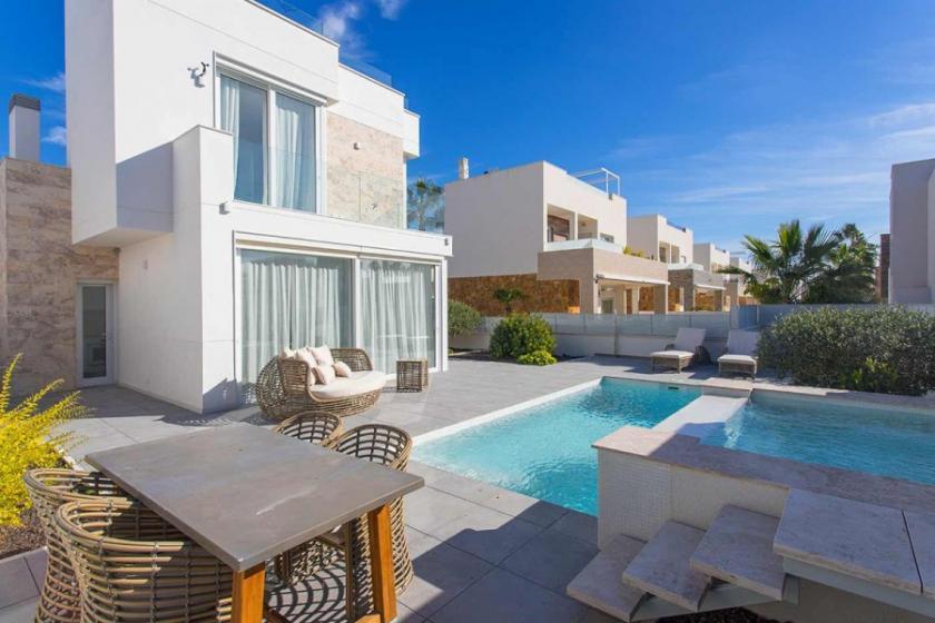 Luxury villa with sea view for sale in Torrevieja in Medvilla Spanje