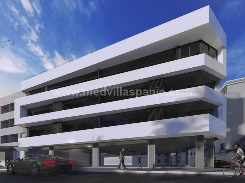 Newly built apartment on front line beach Lo Pagan in Medvilla Spanje